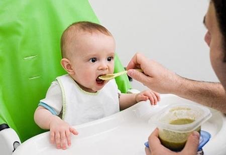 Tại sao con ăn nhiều rau mà vẫn bị táo bón