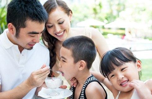 Theo bạn có nên cho trẻ ăn cùng gia đình không?