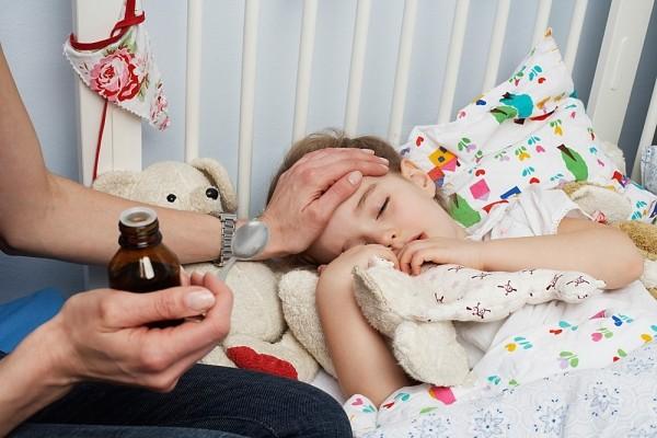 """Sai lầm khi """"nhồi"""" kháng sinh sai cách cho bé"""